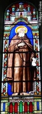 Vitrail dans le choeur de l'église de Latillé, dans la Vienne, dédiée à Saint-Cybard - photo Ph. Rivière